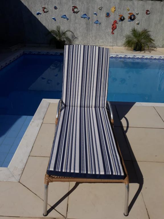 Almofada sob medida com tecido Acquablock Impermeável Alanta e Courvin Náutico Azul Escuro
